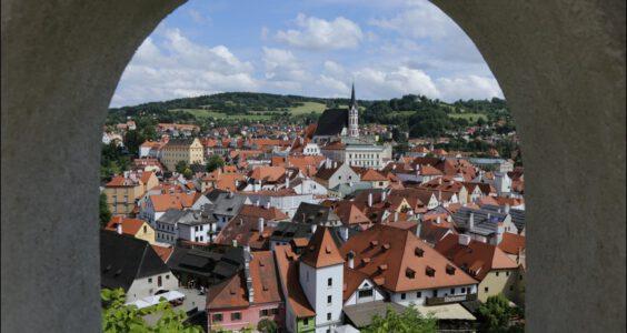 (Český Krumlov, Böhmisch Krumau) Czeski Krumlow, panoramy miasta widziane z zamku i ogrody zamkowe