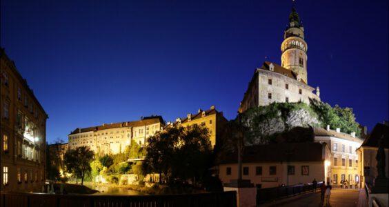 (Český Krumlov, Böhmisch Krumau) Czeski Krumlow wieczorową porą