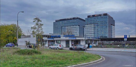 Warszawa, ul. Tunelowa, pętla autobusowa Dw Zachodni w 2006 i 2020