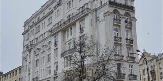 Warszawa, ul. Marszałkowska 1, kamienica Kacperskich w 2009 i 2020 roku