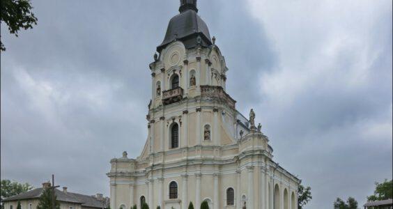 Ukraina, (Мику́линці, Микулинцы) Mikulińce, kościół pw. Trójcy Przenajświętszej i polski cmentarz